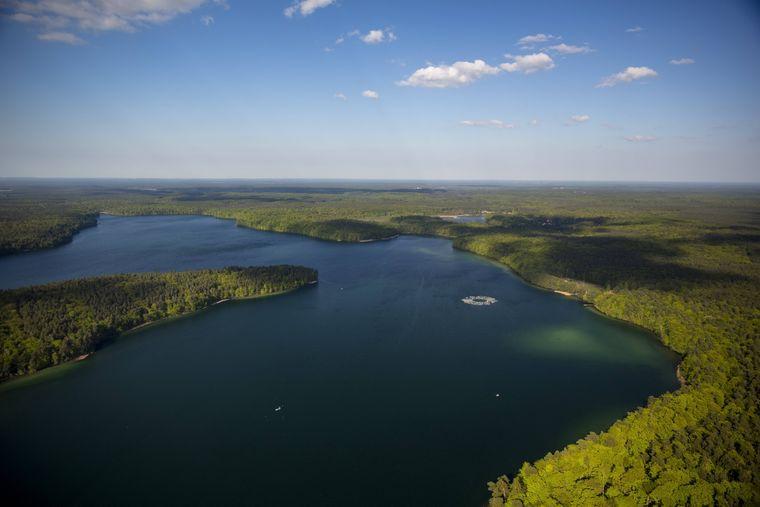 Das Rheinsberge Seengebiet mit dem großen Stechlinsee und der Mecklenburgische Seenplatte.