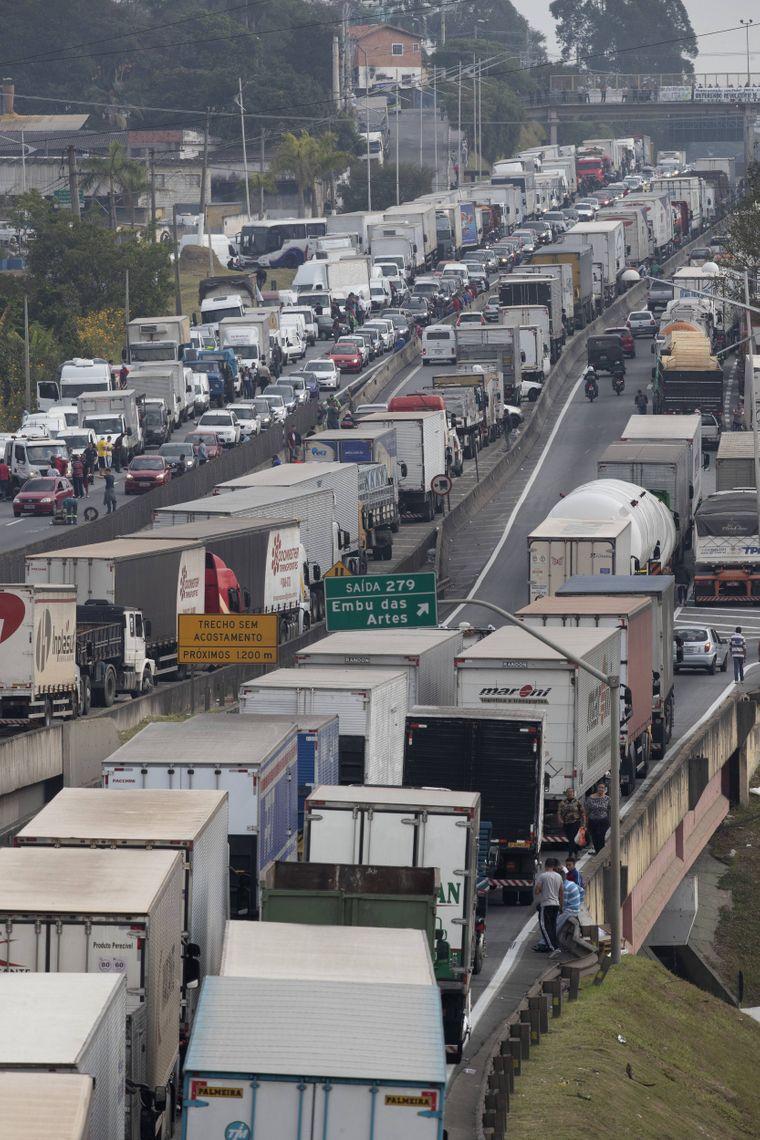 Streikende Trucker blockieren Autobahnen mit ihren Lkw.