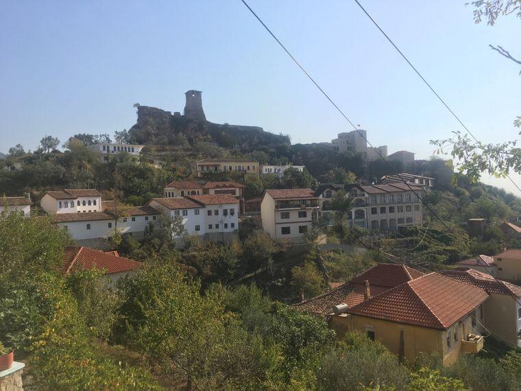 Kruja ist eine hübsche Kleinstadt in Albanien.