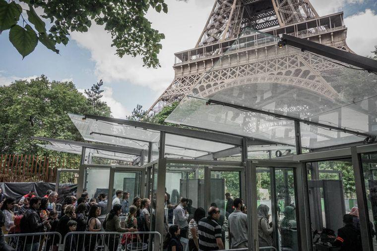 Um dem Eiffelturm ganz nahe zu kommen, müssen Besucher durch Sicherheitsschleusen gehen.