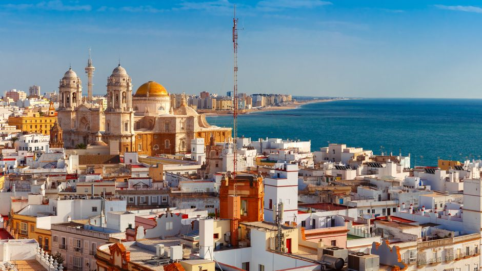 Blick auf die Dächer und die Kathedrale Santa Cruz vom Turm Tavira in Cadiz.
