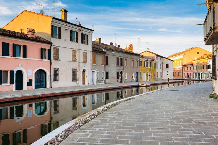 Die Häuser entlang der Kanäle Comacchios sind bunt angemalt.