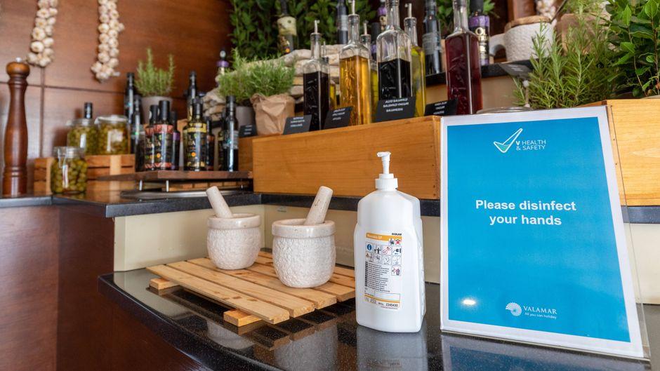 Vor der Nutzung des Buffets müssen sich Gäste im Valamar Parentino Hotel die Hände desinfizieren.