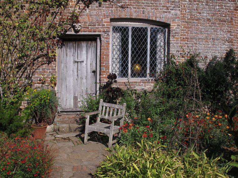 In Sissinghurst, dem vielleicht berühmtesten Garten Englands, beherrschen im Herbst die warmen und gedeckten Farben die beeindruckenden Anlagen.