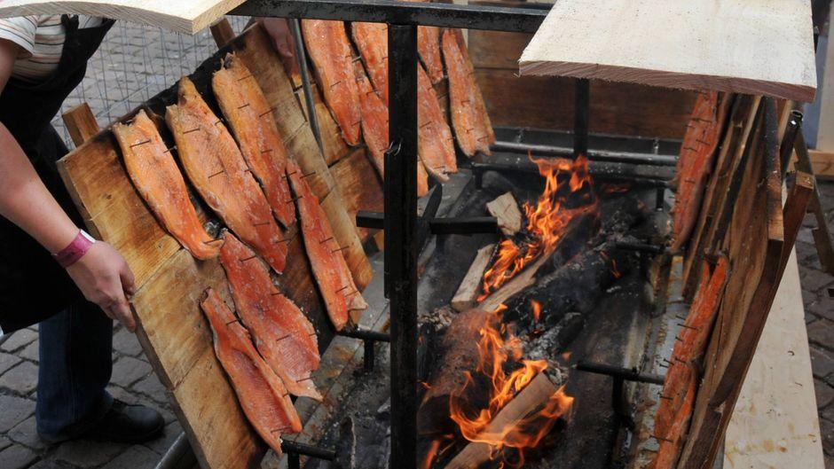 Wenn du in Finnland bist, solltest du unbedingt Lachs essen – frisch vom Feuer!
