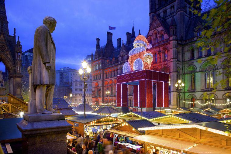 Weihnachtsmarkt vor der Town Hall, Albert Square, in Manchester, England.