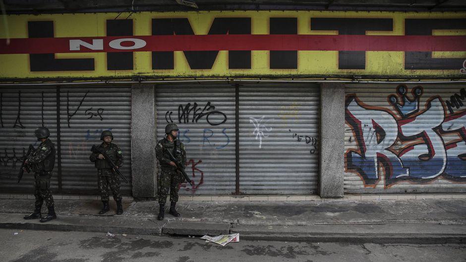 Soldaten stehen vor einer Hauswand in einer Favela Rio de Janeiros. (Symbolfoto)