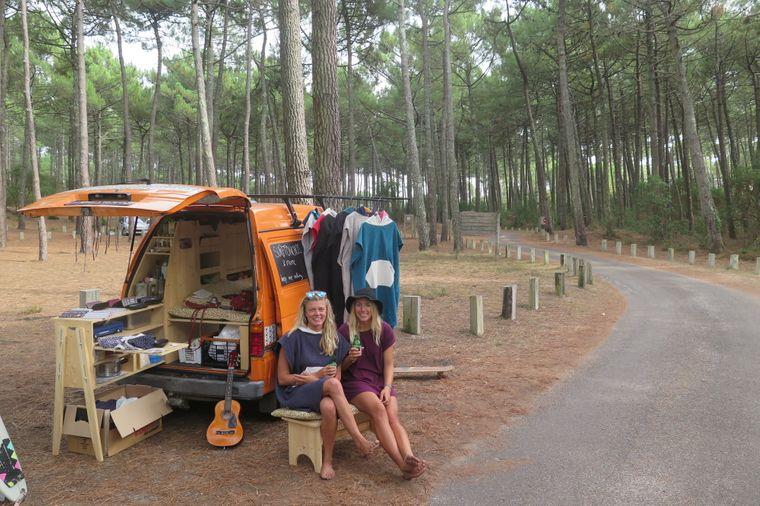 Der Minivan dient Körmi auch als Laden für Selbstgemachtes wie Schmuck und Kleidung.