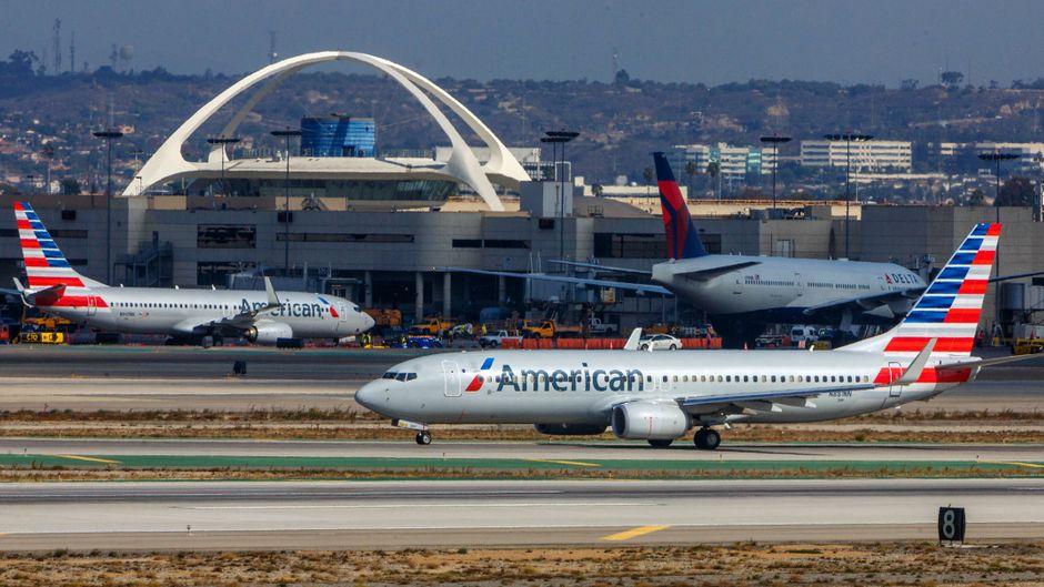 Flugzeuge von American Airlines in Kalifornien am Flughafen Los Angeles.