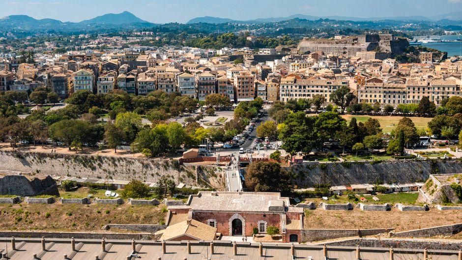 Blick von der Alten Festung aus auf Korfu-Stadt. Wir verraten dir die Highlights für einen Ausflug.