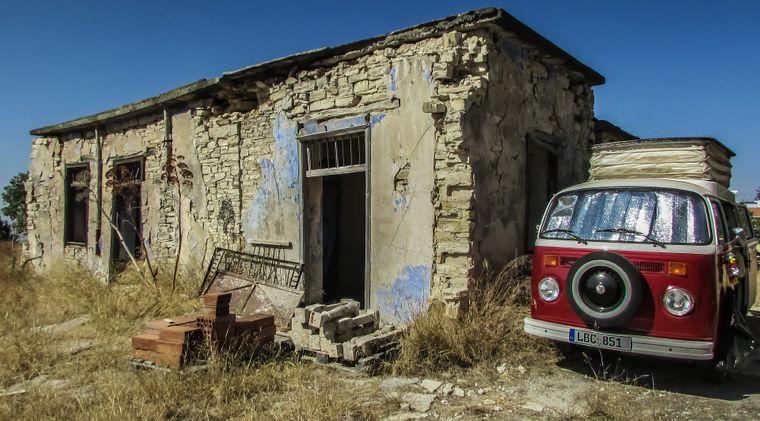 In den Bergen von Zypern trifft man immer wieder auf alte Hütten, die verlassen sind.