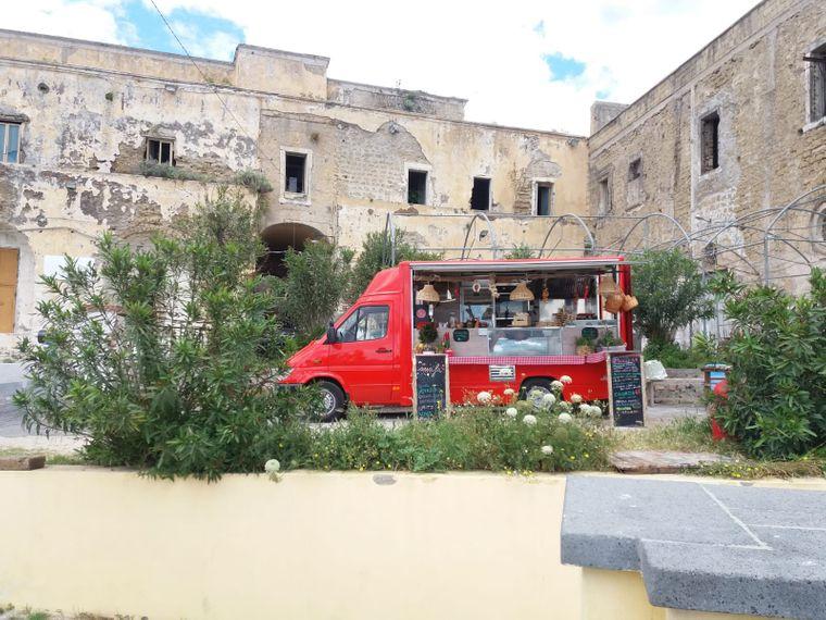 Kalte Getränke und Snacks gibt's hier beim Imbisswagen vor der Terra Murata, am ehemaligen Gefängnis.