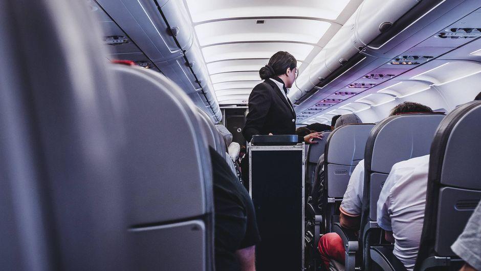 Der Job als Flugbegleiterin oder Flugbegleiter ist nicht immer leicht. (Symbolfoto)