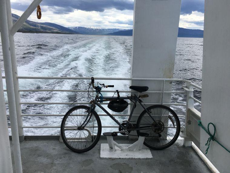 Insel-Hopping einfach gemacht: Fahrrad rauf auf die Fähre, anschließen, Fahrt genießen – hier von Sandnessjøen nach Lovund.