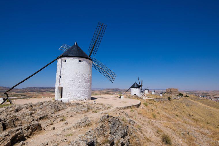 Die berühmten Windmühlen liegen direkt vor dem Dorf Consuegra.