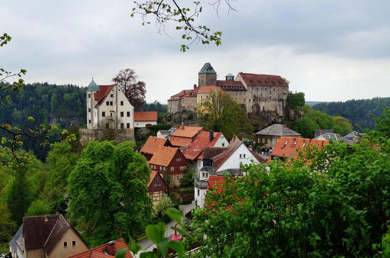 Die Burg Hohnstein, inmitten des Nationalparks Sächsische Schweiz, erhebt sich auf einem Felsen über dem Polenztal.