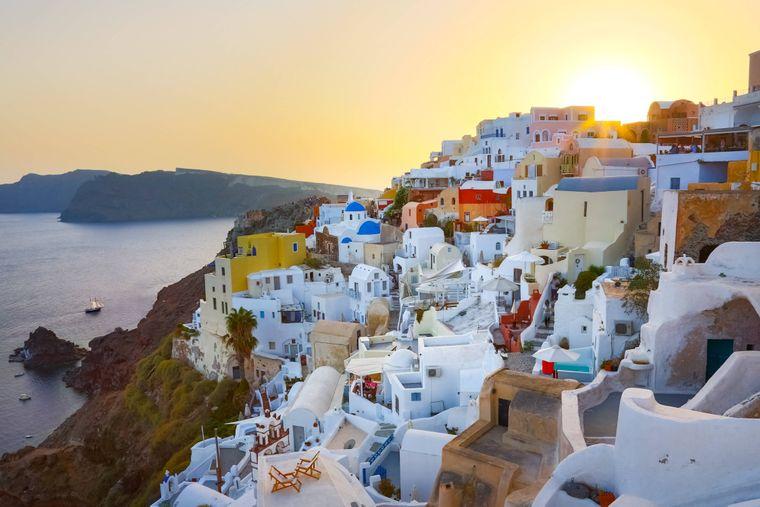 Die Stadt Oia auf Santorin ist gerade bei Sonnenuntergang einer der beliebtesten Fotospots Griechenlands.