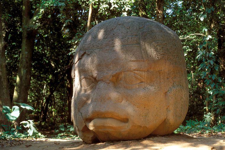 Ein riesiger Kolossalkopf der Olmeken im Parque-Museo La Venta von Villahermosa.