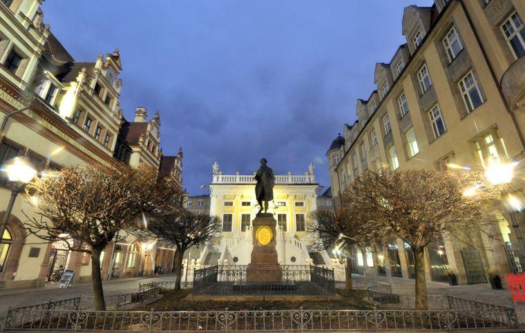 Einer der bekanntesten Studenten in Leipzig: Johann Wolfgang von Goethe als Denkmal. Gerade in den Abendstunden ist die Alte Handelsbörse am Naschmarkt in warmes Licht getaucht.