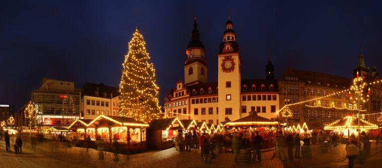 Die hohe Tanne ist der Hingucker des Chemnitzer Weihnachtsmarktes.