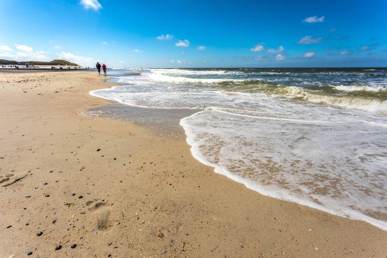 Auflaufendes Wasser am Nordstrand von Norderney, Ostfriesische Inseln.