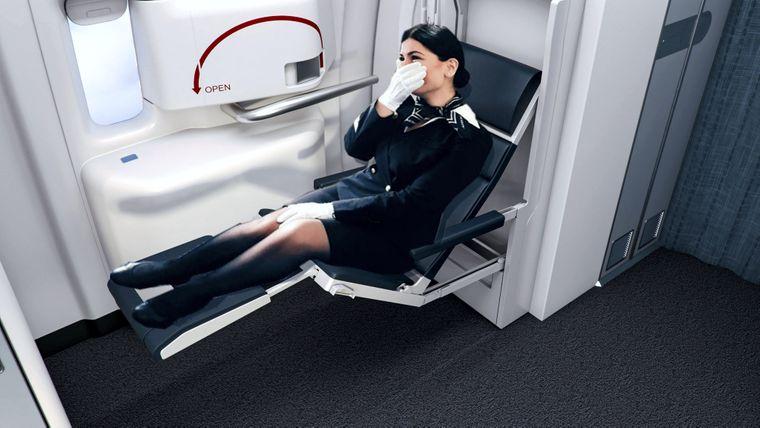Faltbarer Sitz für Flugzeugbegleiterinnen.