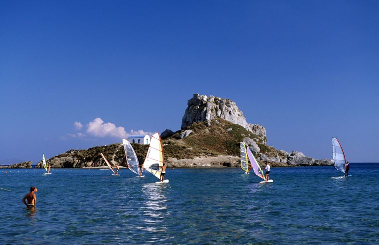 Vor Kos wimmelt es von Windsurfern und anderen Wassersportlern. Für sie herrschen hier Top-Bedingungen.