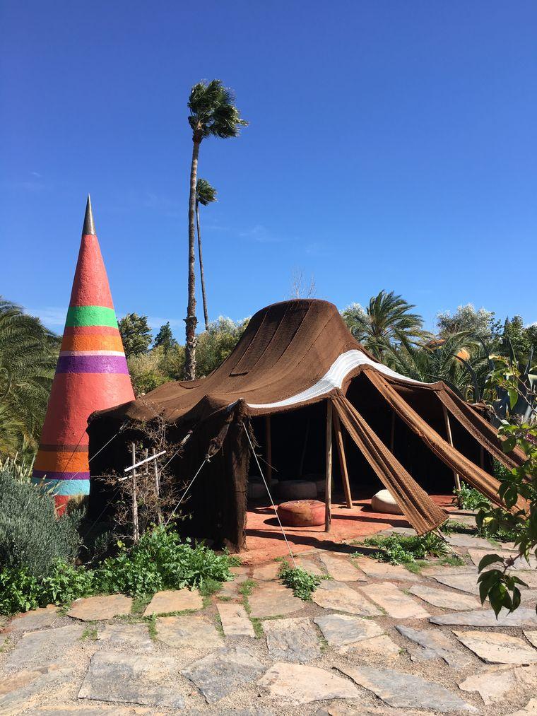 Im Anima-Garten des Universalkünstlers André Heller stehen auch Skulpturen und Installationen - und dieses Berberzelt.