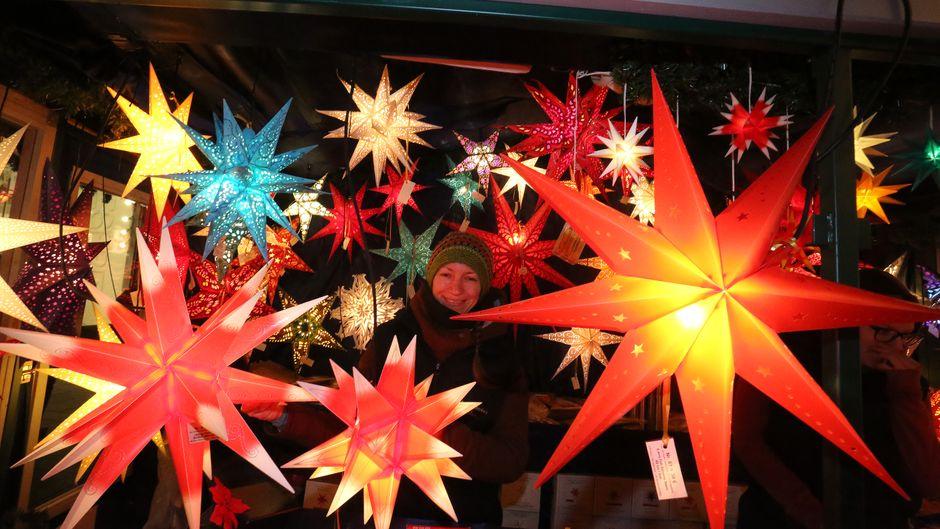 Er?ffnung des Leipziger Weihnachtsmarktes 2017 auf dem Marktplatz in Leipzig. P?nktlich 17 Uhr er?ffnen die Leipziger Raths Pfeiffer den Weihnachtsmarkt . Monique Baaske (31) mit ihren Weihnachtssternen auf dem Weihnachtsmarkt.Foto: Andre Kempner