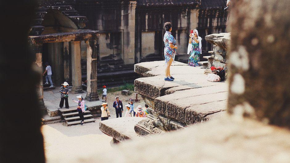 Touristen in der Tempelanlage von Angkor Wat.