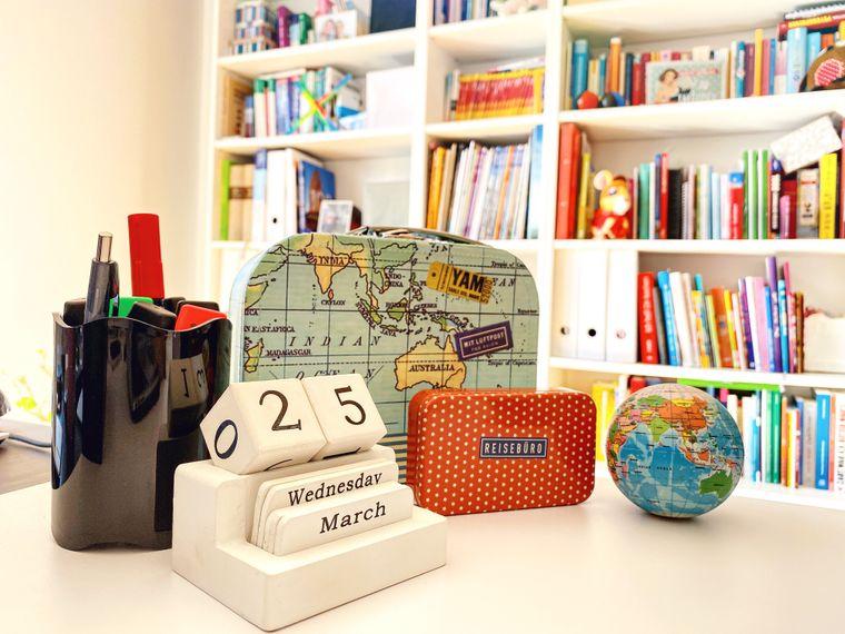 Reisegadgets auf dem Schreibtisch.
