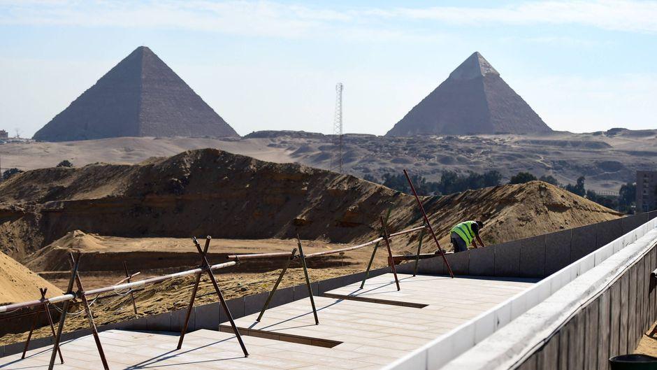 Noch ist das Grand Egyptian Museum eine Baustelle in der Nähe der Pyramiden von Gizeh. Doch bereits in diesem Jahr soll es eröffnen.