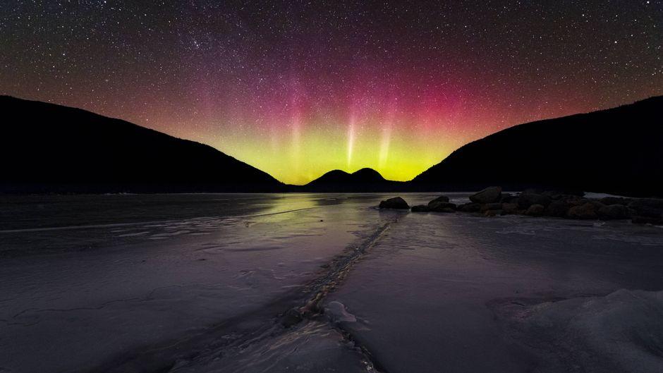 Nordlichter über dem gefrorenen See im Acadia-Nationalpark in Maine, USA.