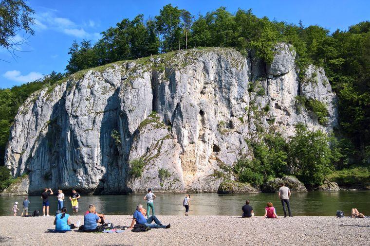 Der Donaudurchbruch bei Weltenburg ist eine Engstelle des Donautals im niederbayerischen Landkreis Kelheim, die als Naturschutzgebiet und Geotop anerkannt ist.