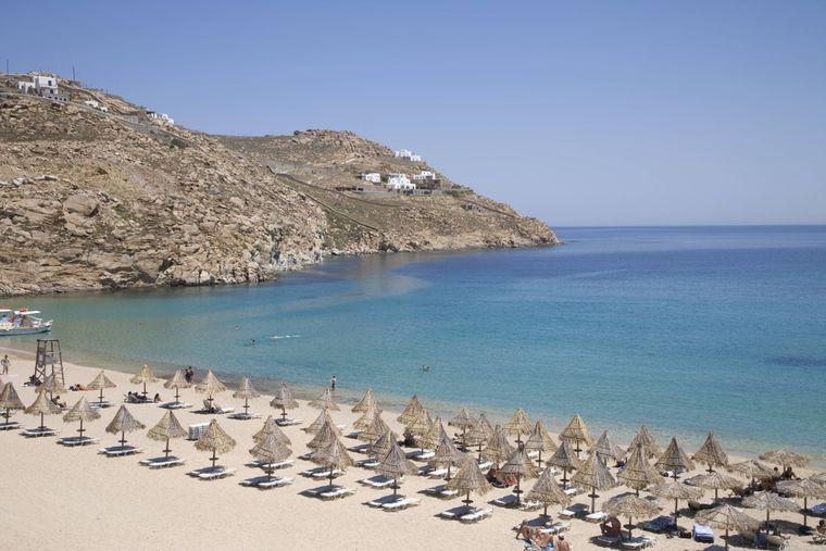 """Instagram-Hotspot: Am Super Paradise Beach in Mykonos heißt das Motto """"sehen und gesehen werden""""."""
