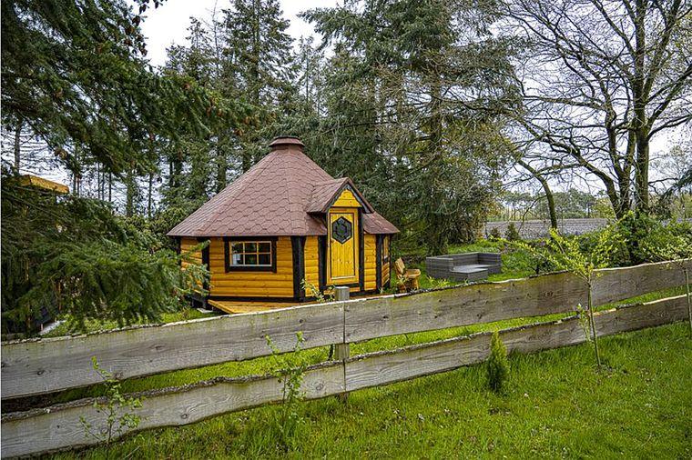 Mitten auf einem Hof steht dieses urige Häuschen in Niedersachsen.