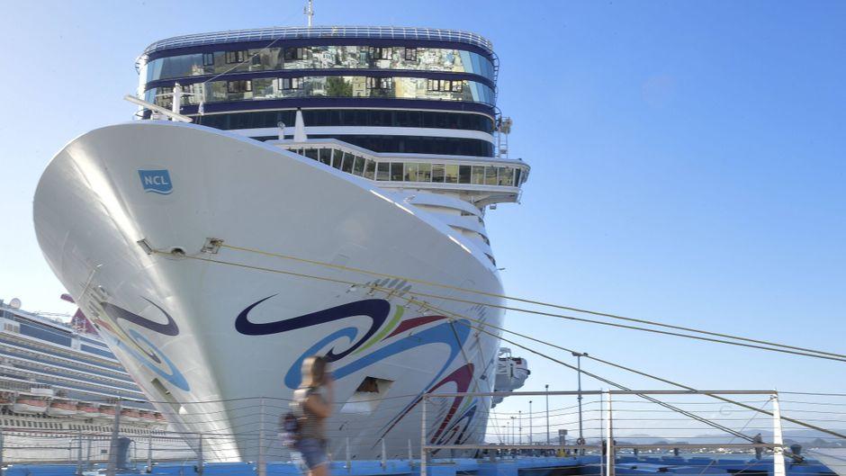 Ein Kreuzfahrtschiff der Norwegian Cruise Line im Hafen von San Juan, Puerto Rico.