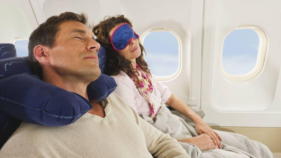 Schlafen im Flugzeug.