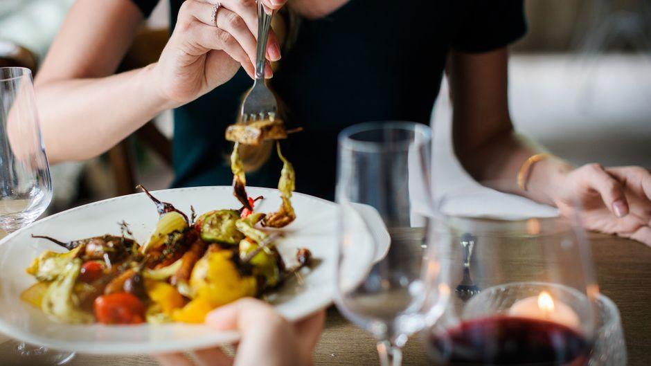 In Wismar ist für jeden Geschmack etwas dabei: Ob italienische Pasta, amerikanisches Steak, frischer Fisch oder Veggie-Gericht, du wirst garantiert fündig. (Symbolbild)