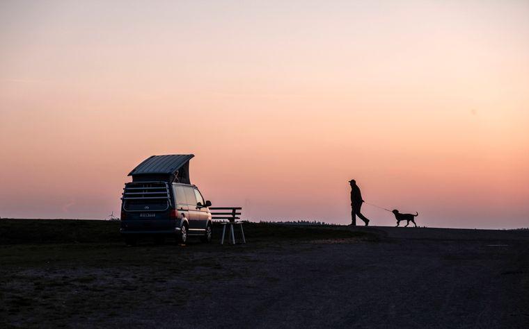 Wohnmobil bei Sonnenaufgang im Südschwarzwald. Die Chancen fürs Campen im Sommer stehen nicht schlecht.