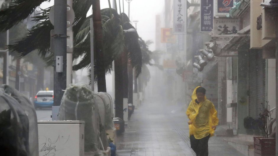 """Ein Mann läuft durch die Straßen von Naha in Okinawa (Japan), als Taifun """"Trami"""" mit Sturm und Starkregen übers Land fegt."""