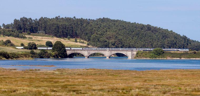 Der Transcantábrico Gran Lujo verkehrt zwischen San Sebastián und Santiago de Compostela.