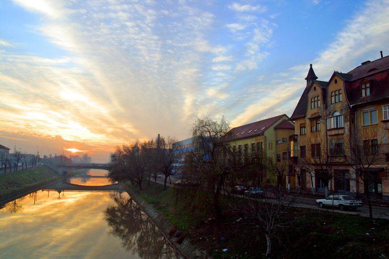 Am Fluß Bega im rumänischen Timisoara kannst du einen spektakulären Sonnenuntergang erleben.