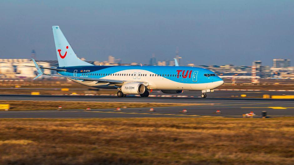 Tuifly-Flugzeug beim Start: Der Ferienflieger wird seine Flotte wegen der Corona-Krise halbieren.