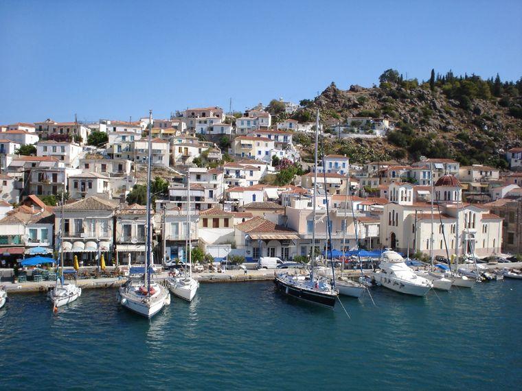 Maritimes findet sich auf der gesamten Insel Poros – obwohl der Hafen verhältnismäßig klein wirkt.
