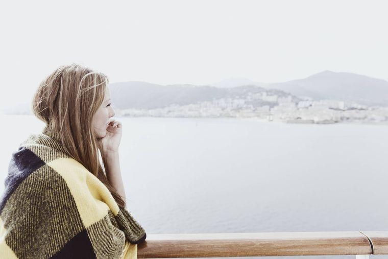 Junge Frau auf einem Kreuzfahrtschiff.