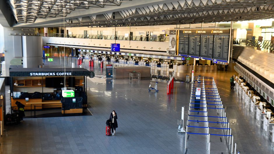 Gähnende Leere in der Abflughalle des Flughafens Frankfurt: Die Corona-Krise führt zum Reisestopp.