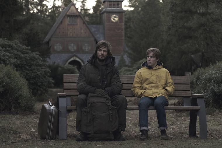 """Vor dieser Kirche treffen sich der geheimnisvolle Fremde (Andreas Pietschmann) und Jonas (Louis Hofmann) in Staffel 1 von """"Dark""""."""