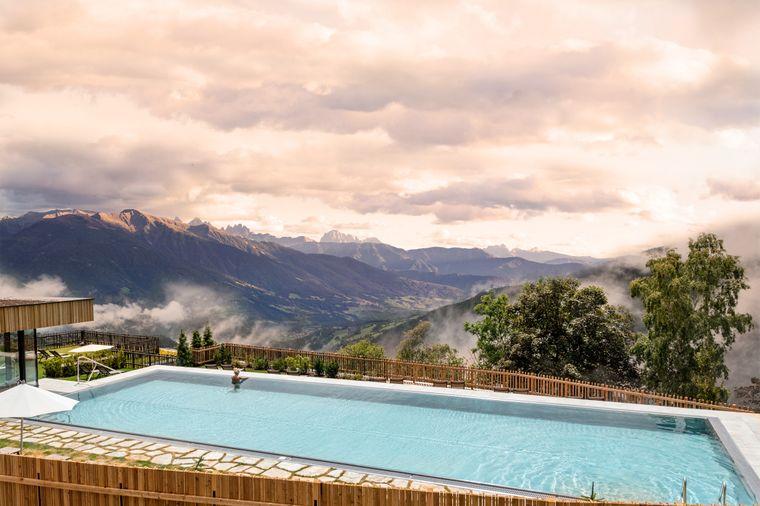 Die atemberaubende Kulisse vorm Tratterhof – The Mountain Sky Hotel.