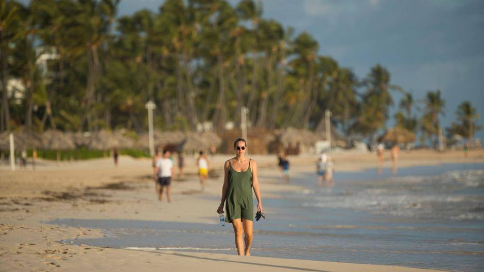 Urlauberin am Bavaro Beach in Punta Cana, einem der beliebtesten Reiseziele in der Karibik.